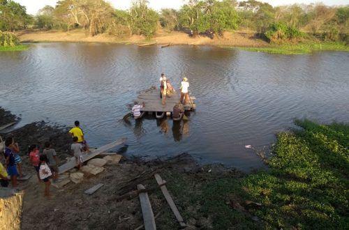 Hombres en una balsa sobre Quebrada el mundo, Bálsamo Magdalena