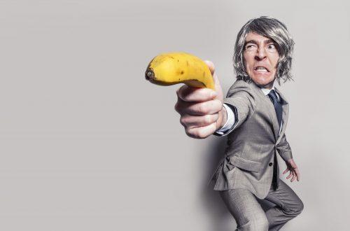 Un hombre enojado con una banana en la mano
