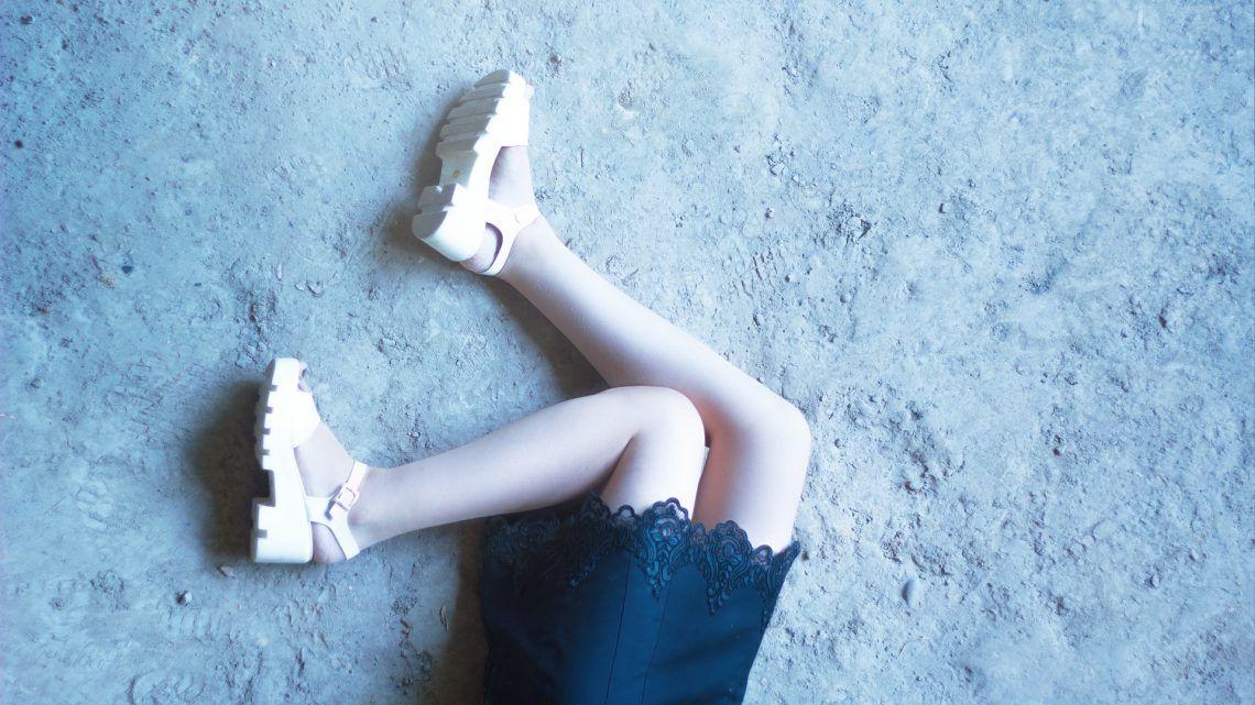 pies de chica y vestido en el piso Colombia
